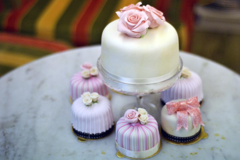 Menghias kue spesial untuk hari yang juga spesial dengan fondant